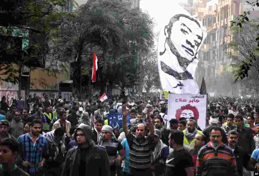 Người Ai Cập đưa tang nhà hoạt động trẻ Gaber Salah, ngày 26 tháng 11, 2012.