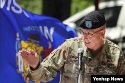 시어도어 마틴 미 2사단 및 미한연합사단장이 지난 5일 경기도 의정부시 주한미군 2사단 캠프 레드클라우드에서 열린 부사단장 이취임식에서 축사하고 있다.