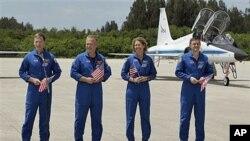 7月4号亚特兰蒂斯号航天飞机机组人员到达佛罗里达州的肯尼迪航天中心