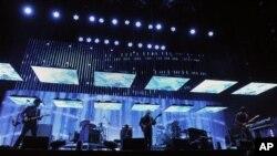 Ban nhạc Radiohead trong một buổi trình diễn hồi tháng 4, 2012