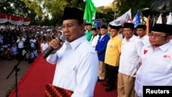 Kandidat presiden Prabowo Subianto berbicara dengan para pendukungnya di depan kepala-kepala partai koalisinya dalam penandatanganan koalisi permanen di Jakarta (14/7). (Reuters/Beawiharta)