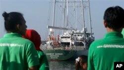 Kapal Rainbow Warrior III, milik organisasi lingkungan hidup Greenpeace saat merapat di pelabuhan Benoa, Denpasar, Bali, 31 Mei 2013 (Foto: dok).