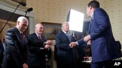 Le président Donald Trump salue James Comey, directeur du FBI, à la Maison Blanche, Washington, le 22 janvier 2017.