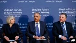 Từ trái: Bộ trưởng Tư pháp Anh Theresa May, Bộ trưởng Tư pháp Hoa Kỳ Eric Holder, và Bộ trưởng tư pháp Ukraine Makhnitsky dự Diễn đàn về Thu hồi Tài sản cho Ukraine, 29/4/14