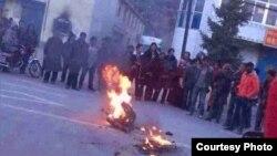 2013年11月11日,青海果洛20岁的僧人才让杰自焚。他是第127位自焚藏人。(推特图片)