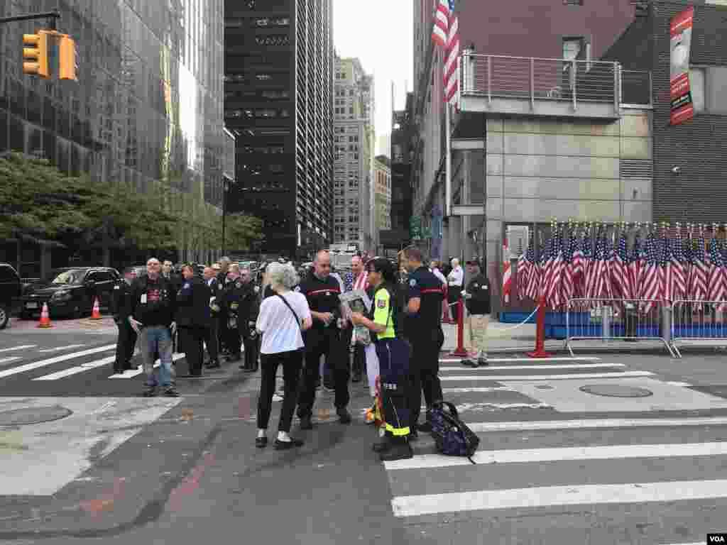 Muchas personas se han reunido no solo en el lugar preciso donde ocurrió el trágico suceso, sino en los alrededores. A dos cuadras a la redonda, estuvo cerrada el área y muchas personas, incluso turistas, se acercaron a la zona cero de la ciudad de Nueva York, el 9/11 de 2019.