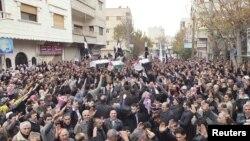 22일 시리아 다마스쿠스 인근 야브라우드 시에서 거행된 장례식에서 정부군 폭격으로 사망한 반군들의 시신을 옮기는 사람들.