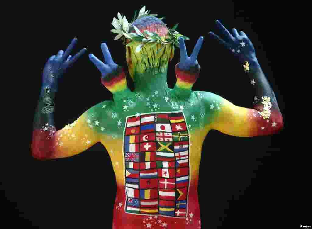 តារាបង្ហាញម៉ូតម្នាក់ឈរឲ្យថតរូប នៅក្នុងពិធីគូររូបលើខ្លួនប្រចាំឆ្នាំ (World Bodypainting Festival) ក្នុងទីក្រុង Poertschach ប្រទេសអូទ្រីស។