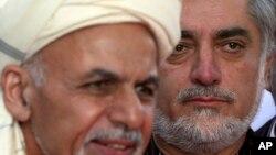 ທ່ານ Abdullah Abdullah(ຂວາ) ຟັງໃນຂະນະ ປ. Ashraf Ghani ກ່າວປາໄສທີ່ທຳນຽບປະທານາທິບໍດີ ທີ່ຄາບູລ ວັນທີ 4 ຕຸລາ 2014