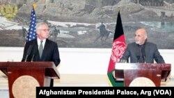 محمد اشرف غنی، رئیس جمهور افغانستان با چک هیگل، وزیر دفاع امریکا در نشست مشترک خبری در کابل