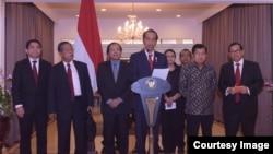 Presiden Jokowi memberikan keterangan pers di bandara Halim Perdanakusuma, Jakarta, Sabtu, 23 April 2016. (Foto: Biro Pers Kepresidenan)