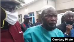 Zacharie Badiengila alias Ne Muanda Nsemi na bokomi na ye na Commissariat ya police na Kinshasa, 24 avril 2020. (Capture d'écran)