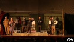 ឈុតឆាកនៃការសម្តែងល្ខោនរឿង Hamlet នៅសាលសហសិក្សានៃសកលវិទ្យាល័យភូមិន្ទភ្នំពេញ នៅថ្ងៃទី៨ ខែកក្កដា ឆ្នាំ២០១៥។ (អ៊ុំ សូនីតា/VOA)