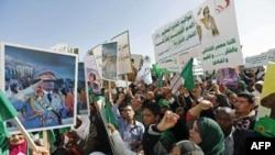 Những người ủng hộ chính phủ cầm áp phích của lãnh đạo Libya Muammar Gaddafi và hô những khẩu hiệu trong một cuộc biểu tình tại Tripoli để chống lại 'Ngày thịnh nộ' được phát động trên internet