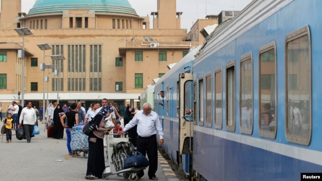 Passengers board train heading to Basra at rail station, Baghdad, May 6, 2013.