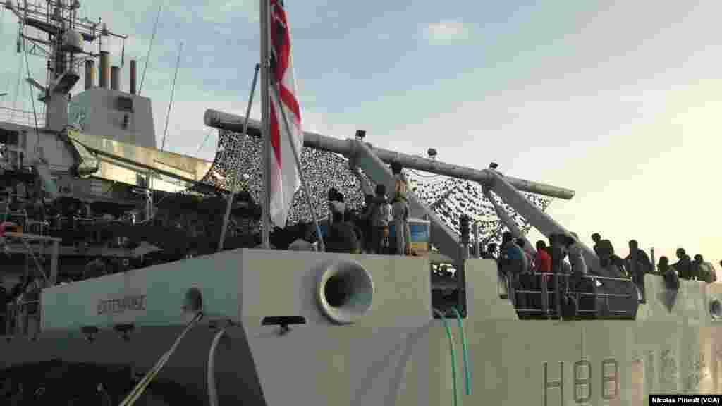 Le navire de guerre britannique Entreprise a secouru plus de 650 migrants en Méditerranée, 6 octobre 2015. (Nicolas Pinault/VOA)