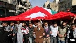 Proreformski demonstranti u Jordanu koračaju ulicama noseći ogromnu jordansku zastavu