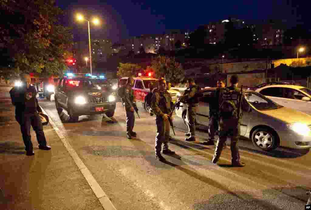 16일 예루살렘에서 팔레스타인 가자지구 부대에서 쏘아 올린 것으로 생각되는 로켓탄을 수색하는 이스라엘 보안군.