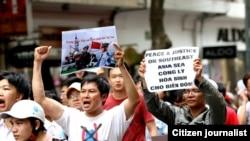 Người Việt xuống đường biểu tình chống việc Trung Quốc đưa giàn khoan vào vùng đặc quyền kinh tế của Việt Nam, ngày 11/5/2014.