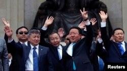蒙古国总统额勒贝格道尔吉(右二)赢得第二届任期