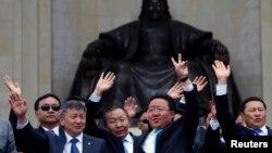 Presiden Mongolia Tsakhia Elbegdorj (tengah, kanan) bersama para menteri kabinetnya merayakan terpilihnya kembali Elbegdorj sebagai Presiden di Lapangan Sukhbaatar, pusat kota Ulan Bator (27/6).