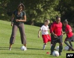 Oq Uy hovlisida futbol, Mishel Obama ishtirokida