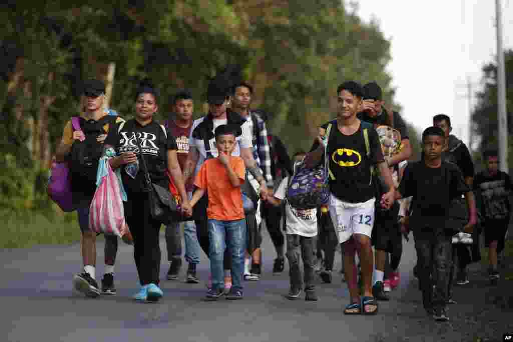 Migrantes hondureños caminan por una carretera de Guatemala cerca de El Cinchado.