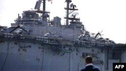 Десантный корабль США в Суэцком канале