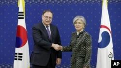 周日美國國務院安全談判和協議高級顧問蒂莫西貝茨(左)。