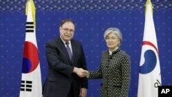 Los jefes negociadores de ambas naciones firmaron el pacto, que contempla que Seúl pague alrededor de 924 millones de dólares en 2019.