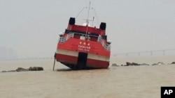 Sebuah kapal feri menuju Macau menabrak tanggul laut, Jumat 13 Juni, 2014. Sedikitnya 50 cedera dan telah dilarikan ke rumah sakit.