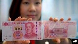 2015年11月12号中国银行(香港)工作人员展示新版一百元人民币