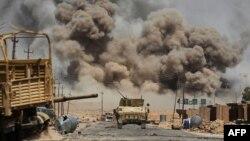 Columnas de denso humo se elevan mientras fuerzas iraquíes avanzan hacia Al-Ayadieh, cerca de Tal Afar, durante una operación para retomar la ciudad en poder del grupo Estado Islámico, el martes, 29 de agosto, de 2017.