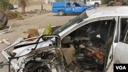 Salah satu mobil konvoi yang membawa Wakil Menteri Ilmu dan Teknologi Irak setelah terkena bom pinggir jalan di Baghdad.