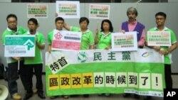 香港民主黨區議員馮煒光(右一)與泛民主派6名區議員,合組7人名單,參選香港特區行政長官選舉委員會選舉