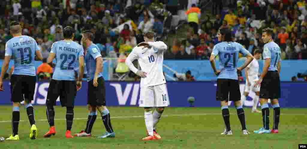 انگلینڈ کے رونی یوروگوئے سے 2 کے مقابلے میں 1 گول سے شکست پر افسردہ ہیں
