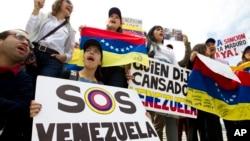 Venezolanos protestan frente a la sede de la OEA en Washington, pidiendo ayuda para la crisis política en su país. El gobierno del presidente Nicolás Maduro anunció el miércoles que se retirará de la organización.