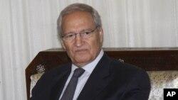 Wakil Presiden Suriah Farouk al-Sharaa membantah gosip bahwa ia telah membelot hari Minggu (26/8).