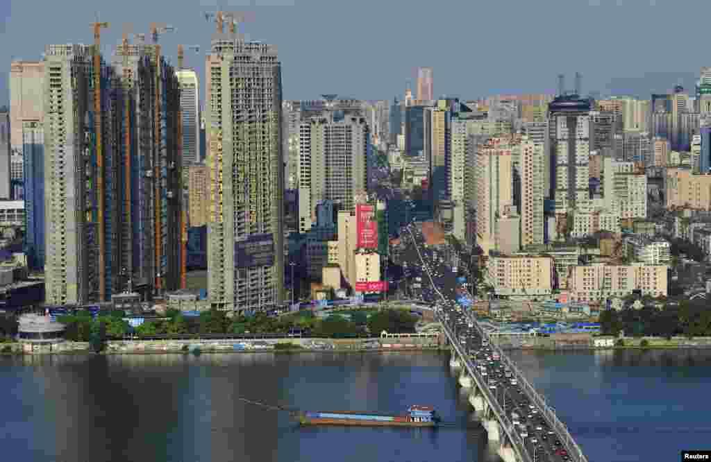 O Mercado imobiliário na China tem uma valorização de 21.6% ao ano. Está em 2º lugar A escalada de preços na China não permite aos agentes reguladores acalmarem essa subida. A demanda mantém-se forte porque é expectável que muitas pessoas abandonem as zonas rurais para as cidades