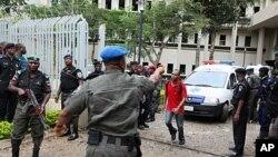 星期五﹐聯合國工作人員在阿布賈的聯合國辦公樓被炸後指揮交通