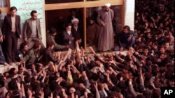 Ayətulla Ruhulla Xomeynini tərəfdarları Tehran aeroportunda qarşılayır. 1 fevral, 1979.