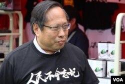 支联会主席何俊仁在维园年宵活动现场(美国之音记者申华拍摄)