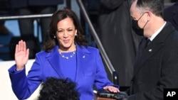 카멀라 해리스 미국 부통령이 20일 워싱턴 연방의사당에서 열린 취임식에서 취임선서를 했다.
