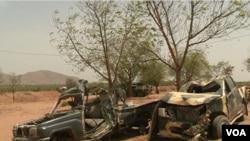 Ragowar wasu motocin mayaakn kungiyar Boko Haram bayan wani hari da aka kai masu a Kamaru ( M. Kindzeka/VOA )