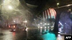 الاباما میں پولیس کی ایک گاڑی ہری کین سیلی کی شدید بارش کے دوران سٹرک سے گزر رہی ہے۔ 16 ستمبر 2020