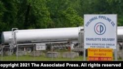 12일 미국 노스캐롤라이나주 샬럿의 콜로니얼 파이프라인 입구에 유조차가 서 있다.