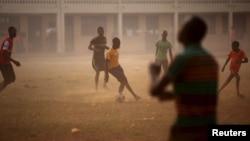 Des enfants jouent au football dans une cour de recréation à Bangui, Centrafrique, le 14 février 2016.