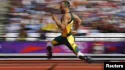 El deportista Oscar Pistorius le dio la vuelta a la pista en 45,44 segundos y quedó en segundo lugar en las eliminatorias.