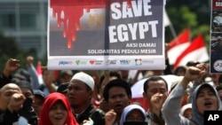 Manifestantes musulmanes indonesios exigen el fin de la violencia en Egipto.