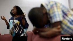 2014年10月5日德克薩斯州達拉斯醫院: 托馬斯•埃里克•鄧肯正在與伊波拉病毒搏鬥。教友為鄧肯祈禱。